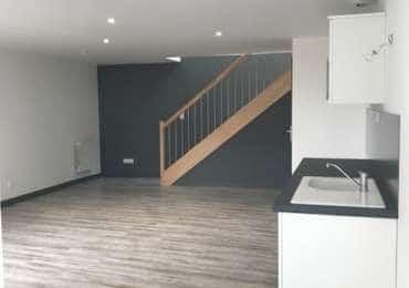 Pose de parquets PVC gris et marron, escaliers bois, meuble salle de bain et petite cuisine