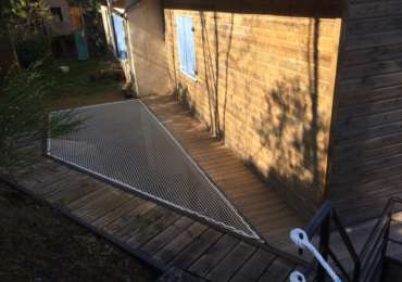 Terrasse avec filet d'habitation sécurisé